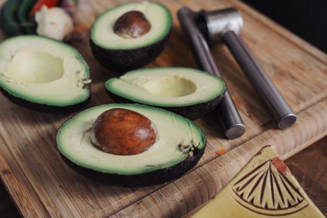 Alpukat merupakan salah satu buah yang memiliki segudang manfaat. Namun, mengonsumsinya secara berlebih ternyata berbahaya bagi tubuh. (Foto: unsplash.com)
