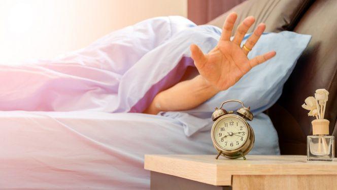 Mengantuk di pagi hari bisa membuat konsentrasi menjadi sulit. Untuk mengatasinya, berikut ini adalah beberapa cara yang bisa kita lakukan. (Foto: tirto.id)